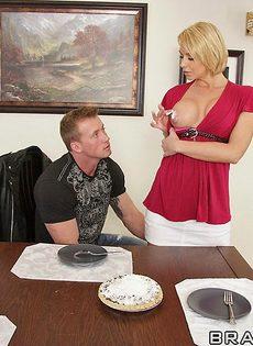 Белокурая мамка и темпераментный мужик трахнулись за обеденным столом - фото #7