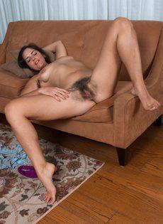 Брюнетка лежит на диване и демонстрирует волосатую промежность - фото #14