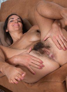 Брюнетка лежит на диване и демонстрирует волосатую промежность - фото #16