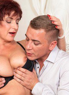 Парень возбудил пышную старушку перед половым сношением - фото #8