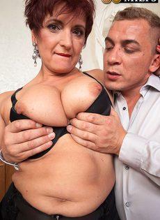 Парень возбудил пышную старушку перед половым сношением - фото #11