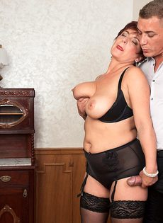 Парень возбудил пышную старушку перед половым сношением - фото #12