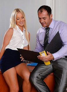 Белокурая секретарша делает минет начальнику в кабинете - фото #1