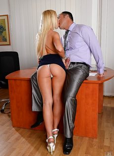 Белокурая секретарша делает минет начальнику в кабинете - фото #6