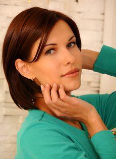 Красотка с шикарными сиськами демонстрирует выбритую киску - фото #1