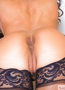 Сексуальная мамаша в черных чулках хвастается ухоженными дырками - фото #11