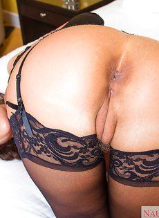 Сексуальная мамаша в черных чулках хвастается ухоженными дырками - фото #12