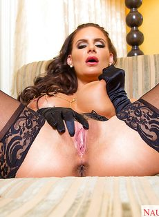 Сексуальная мамаша в черных чулках хвастается ухоженными дырками - фото #13