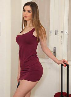 Соблазнительная девушка Stella Cox с красивой натуральной грудью - фото #1