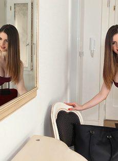 Соблазнительная девушка Stella Cox с красивой натуральной грудью - фото #2