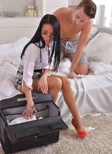 Длинноногая докторша радуется проникновению в задницу - фото #2