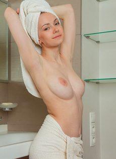 Молодая потаскушка с упругими сиськами принимает душ - фото #8