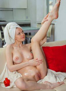 Молодая потаскушка с упругими сиськами принимает душ - фото #10