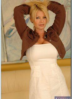 Эффектная зрелая блондинка с большими круглыми буферами - фото #1