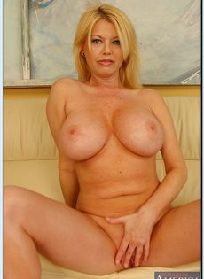 Эффектная зрелая блондинка с большими круглыми буферами - фото #9