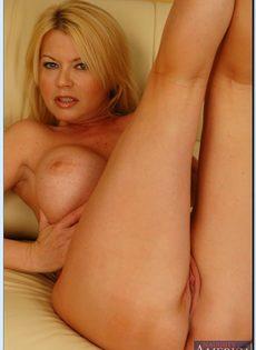 Эффектная зрелая блондинка с большими круглыми буферами - фото #10