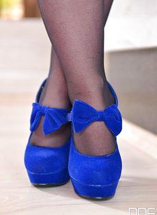 Рыженькая сучка в черных чулках возбуждающе облизывает ножки - фото #1