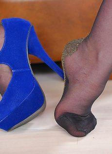 Рыженькая сучка в черных чулках возбуждающе облизывает ножки - фото #7