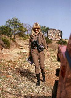Блондинку с обвисшими сиськами удовлетворяют под открытым небом - фото #2