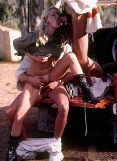 Блондинку с обвисшими сиськами удовлетворяют под открытым небом - фото #7