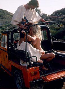 Блондинку с обвисшими сиськами удовлетворяют под открытым небом - фото #12