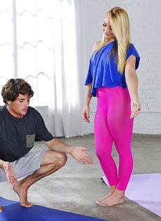Фитнес-тренировка превратилась в вагинальное совокупление на полу - фото #1