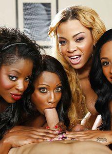 Темнокожие красотки сосут большой член в порядке очереди - фото #3