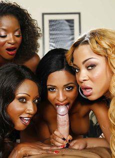 Темнокожие красотки сосут большой член в порядке очереди - фото #6
