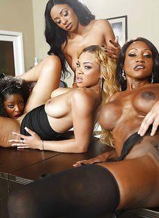 Темнокожие красотки сосут большой член в порядке очереди - фото #7