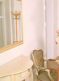Грудастая стройная куколка удовлетворяет возлюбленного на кровати - фото #1