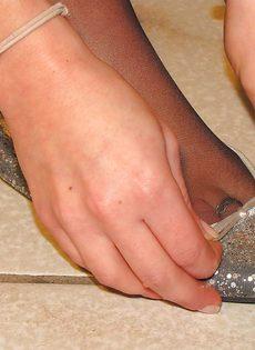 Молоденькая потаскушка в колготках устроила фут фетиш - фото #11