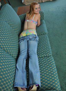 Симпатичная молодушка расставляет ноги и трогает розовую киску - фото #5