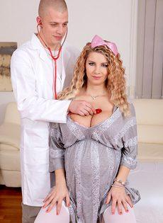 Беременная блондинка в белых чулках на приеме у гинеколога - фото #3