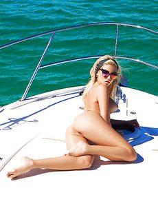 Красивые фото обнаженной куколки на яхте - фото #15