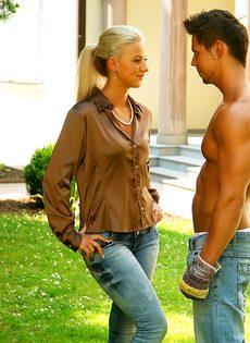 Развратный половой акт с симпатичной девушкой на зеленой травке - фото #3