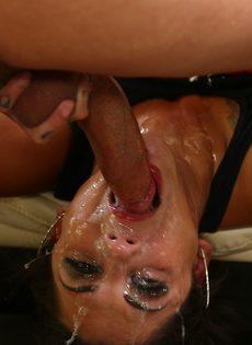 Очень жесткий трах развратной девушки в глубокую глотку - фото #2