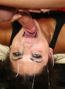Очень жесткий трах развратной девушки в глубокую глотку - фото #13