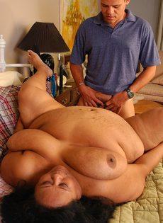 Мужик хочет удовлетворить очень жирную зрелую женщину - фото #9