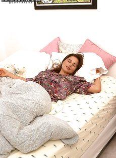 Нежно и чувственно мастурбирует волосатую киску, лежа на кровати - фото #1