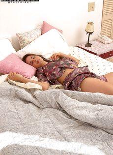 Нежно и чувственно мастурбирует волосатую киску, лежа на кровати - фото #2