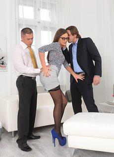 Фигуристая секретарша Tina Kay трахается с начальником и с его замом - фото #1