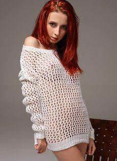Молоденькая рыжеволосая тёлка продемонстрировала бритую киску - фото #2