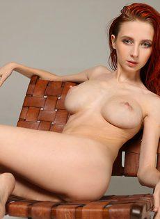 Молоденькая рыжеволосая тёлка продемонстрировала бритую киску - фото #8