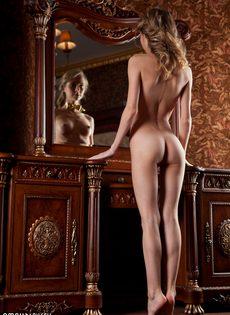 Начинающая худенькая модель позирует для мужского журнала - фото #14