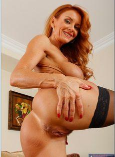 Рыжеволосая старушка сует пальцы в разгоряченное влагалище - фото #6