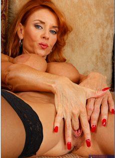 Рыжеволосая старушка сует пальцы в разгоряченное влагалище - фото #10