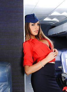 Сексапильная стюардесса с упругими сиськами мастурбирует письку - фото #3