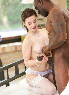 Девка в белых чулках нагнулась перед возбужденным негритосом - фото #3