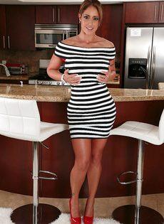 Шикарная ухоженная мамаша Eva Notty в красном нижнем белье - фото #1