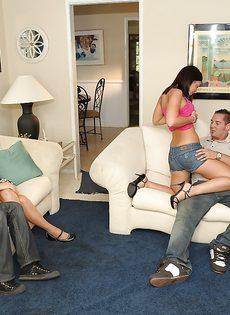 Групповое половое сношение с молоденькими сучками на диване - фото #2